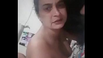 Русская бабушка в ванной комнате комнате мастурбирует очко ручкой расчески