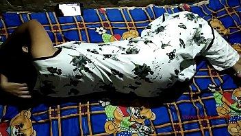 Брюнетка смазывает задницу смазкой и дрючит в анал приличных размеров дилдо