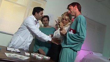 Муж жарит жёнушку в клетчатой рубашке в анальное отверстие, намазанную смазкой