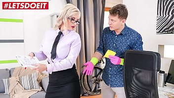 Преподаватель имеет молоденькую студентку в раздроченную попку