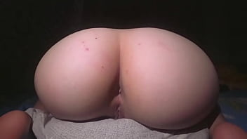 Горяченькая сучка мастурбирует вагину на камеру
