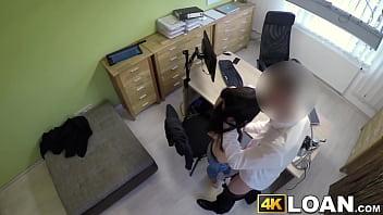 Русский парень дал длинноволосой девчушке на клык и вдул ей в манду до кремпая