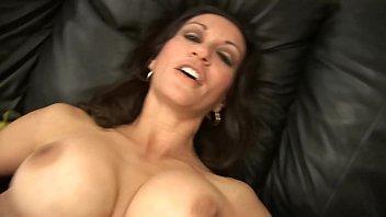 Зрелая девчоночка с чёлкой расширяет анал пробкой и принимает внутрь пенис