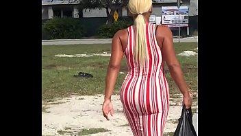 Толстушка в возрасте показывает большую мохнатку огромным планом