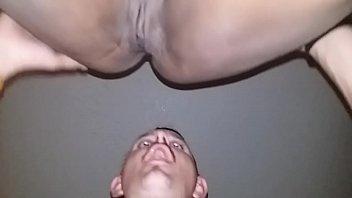 Мускулистый парень имеет черноволосую милашку 18 лет в нейлоне на матрасе