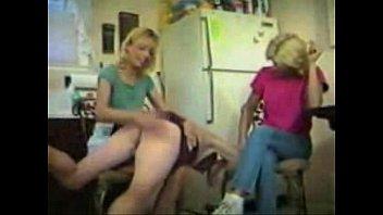 Великолепные молодые лесбиянки трахают задницы спутник друга дилдо