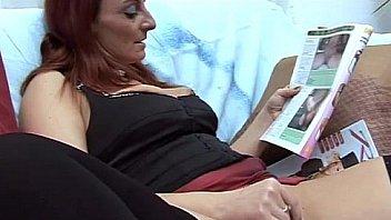 Супруга с мохнатой промежностью скачет на фаллосе парня на диване