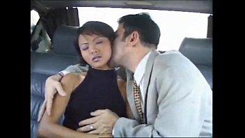 Лесбияночка делает массаж красивенькой девушке-целочке и дрочит ее нежное тело
